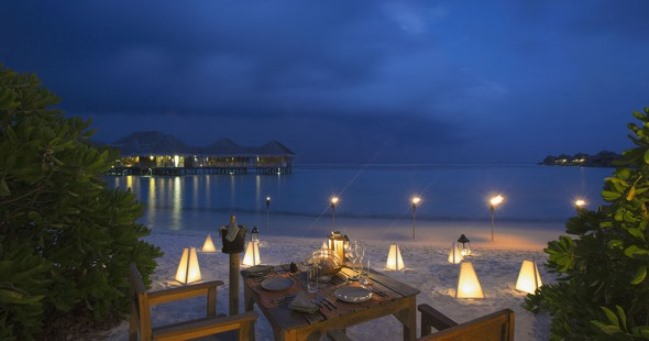 You are never away from the entertainment at Hotel Gili Lankanfushi. Watch a movie on the beach under the stars on the outdoor movie theatre twice a week.